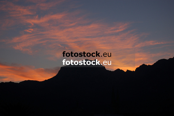 Sunrise over the mountain Mig Dia in the Tramuntana mountains<br /> <br /> Salida del sol sobre el Mig Dia en la Sierra de Tramuntana<br /> <br /> Sonnenaufgang &uuml;ber dem Mig Dia in der Sierra de Tramunana<br /> <br /> 3008 x 2000 px<br /> 150 dpi: 50,94 x 33,87 cm<br /> 300 dpi: 25,47 x 16,93 cm