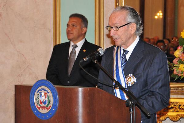 Presidente Fernández condecora a 17 juristas con más de 50 años de ejercicio del derecho.