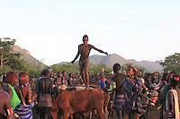 To show his rank, Aïke unceasingly carries out acrobatic half flips, like in a tightrope walker's act. The tension mounts. After a fall caused by some badly restrained animals, Aïke finishes his race to general excitement.///Pour montrer son rang, Aïké n'en finit pas d'enchaîner des demi-tours acrobatiques dans une danse d'équilibriste. La tension monte. Après une chute causée par des bêtes mal retenues, Aïké termine sa course dans une ferveur et clameur générales.
