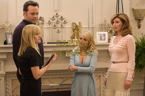 VINCE VAUGHN, REESE WITHERSPOON, KRISTIN CHENOWETH & MARY STEENBURGEN.in Four Christmases.*Filmstill - Editorial Use Only*.CAP/FB.Supplied by Capital Pictures.
