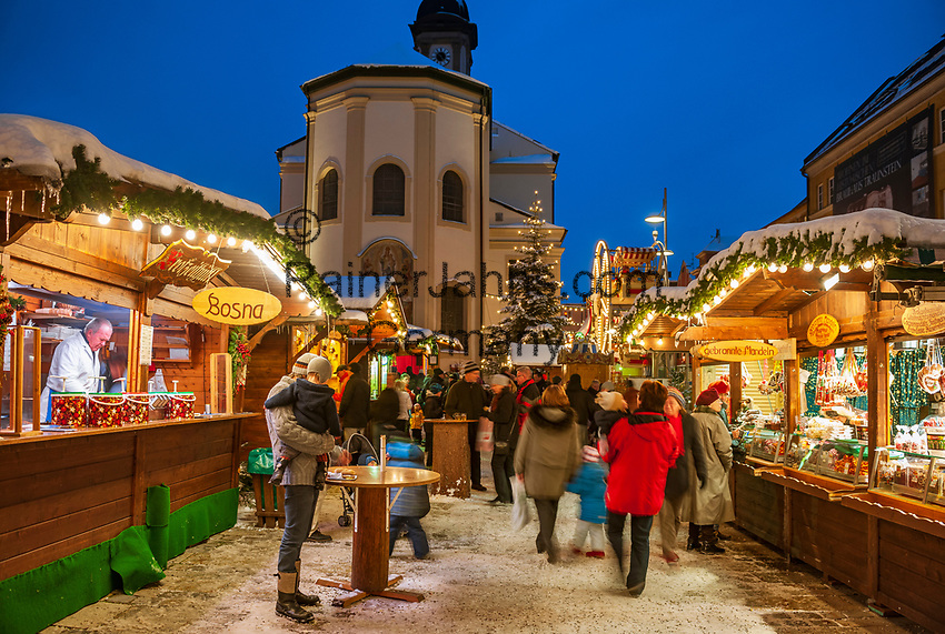 Deutschland, Bayern, Oberbayern, Chiemgau, Traunstein: Weihnachtsmarkt auf dem Stadtplatz | Germany, Upper Bavaria, Chiemgau, Traunstein: Christmas Market at Town Square