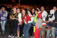 SAO PAULO, SP, 19.05.2015 - MC GUI-ANIVERSÁRIO -  Fãs do cantor na porta do espaço Immensità. MC Gui comemora seu aniversário de 17 anos, nesta terça-feira, 19, no Espaço Immensità localizado na Av. Luiz Dumont Villares, bairro da Parada Inglesa, na região norte de São Paulo, SP. (Foto: Fernando Neves/ Brazil Photo Press).