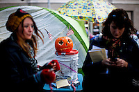NewYork, United States, October 20, 2011..Protesters affiliated with the Occupy Wall Street movement, rest in Zuccotti park after one month of activities around of the Financial District near Wall Street in New York October 20, 2011. VIEWpress / Eduardo Munoz Alvarez..
