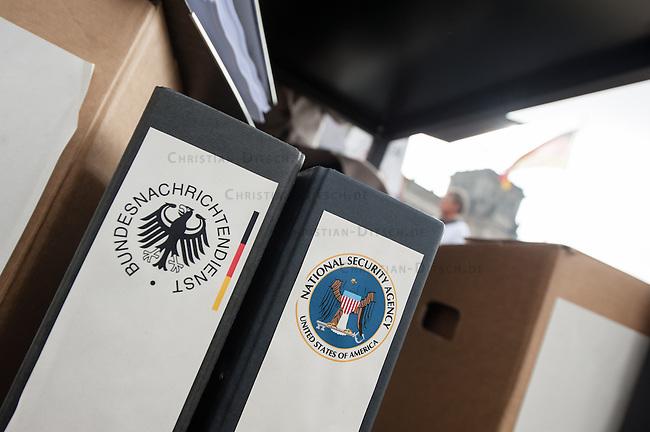 Unter dem Motto &bdquo;NSA-Skandal aufklaeren, statt Akten schwaerzen&ldquo; veranstaltete die Kampagnen-Organisation campact am Donnerstag den 25. September 2014 vor der Sitzung des NSA-Untersuchungsausschuss auf der Wiese vor dem Reichstag eine Aktion fuer die Freigabe aller Akten im NSA-Skandal.<br /> Zwei campactmitglieder stellten je einen Geiheimdienstmitarbeiter der NSA und des Bundesnachrichtendienst dar, die u.a. mit schwarzem Filzstift Akten schwaerzten.<br /> Die Mitglieder des Untersuchungsausschuss hatten fuer ihre Arbeit von am Skandal beteiligten Geheimdiensten Akten bekommen, die zum Teil komplett geschwaerzt waren und nur das Datum der Freigabe im Jahr 2048 zu lesen waren.<br /> Zu dieser Aktion hatte campact Untersuchungsausschussmitglieder aller Parteien eingeladen, jedoch kamen nur Susanne Mittag (SPD), Martina Renner (Linkspartei) und Konstantin von Notz (B90/Die Gruenen).<br /> campact ueberreichte den drei Abgeordneten 125.651 Unterschriften gegen die Ueberwachung der Bevoelkerung durch die Geheimdienste.<br /> 25.9.2014, Berlin<br /> Copyright: Christian-Ditsch.de<br /> [Inhaltsveraendernde Manipulation des Fotos nur nach ausdruecklicher Genehmigung des Fotografen. Vereinbarungen ueber Abtretung von Persoenlichkeitsrechten/Model Release der abgebildeten Person/Personen liegen nicht vor. NO MODEL RELEASE! Don't publish without copyright Christian-Ditsch.de, Veroeffentlichung nur mit Fotografennennung, sowie gegen Honorar, MwSt. und Beleg. Konto: I N G - D i B a, IBAN DE58500105175400192269, BIC INGDDEFFXXX, Kontakt: post@christian-ditsch.de<br /> Urhebervermerk wird gemaess Paragraph 13 UHG verlangt.]