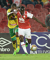 BOGOTÁ -COLOMBIA, 27-03-2016. Baldomero Perlaza (Der.) jugador de Santa Fe disputa el balón con Danovis Banguero (Izq.) jugador del Huila durante partido aplazado entre Independiente Santa Fe y Atlético Huila por la fecha 8 de la Liga Aguila I 2016 jugado en el estadio Nemesio Camacho El Campin de la ciudad de Bogota.  / Baldomero Perlaza (R) player of Santa Fe struggles for the ball with Danovis Banguero (L) player of Huila in postponed match between Independiente Santa Fe and Atletico Huila for date 8 of the Liga Aguila I 2016 played at the Nemesio Camacho El Campin Stadium in Bogota city. Photo: VizzorImage/ Gabriel Aponte / Staff