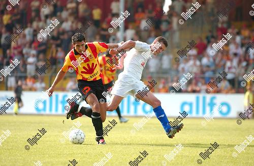 KV Mechelen - V. Geel : Steven De Pauw (KV) en Bert Boudoin (r) strijden om de bal