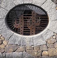 Europe/Espagne/Iles Canaries/Lanzarote/Guatiza : Le jardin de cactus conçu par Cesar Manrique - Détail d'une fenêtre