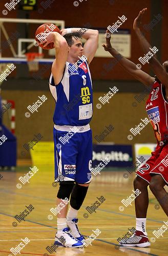 2008-10-13 / Basketbal / BVB: Sint-Jan - Luik / Maarten Goethaert (Sint-Jan) staat tegenover Wilson van Luik..Foto: Maarten Straetemans (SMB)