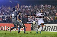 ATENÇÃO EDITOR: FOTO EMBARGADA PARA VEÍCULOS INTERNACIONAIS - SÃO PAULO, SP, 28 DE NOVEMBRO DE 2012 - COPA SULAMERICANA - SÃO PAULO x UNIVERSIDAD CATÓLICA: Luis Fabiano (c) durante partida São Paulo x Universidad Católica, válida pela semifinal da Copa Sulamericana no Estádio do Morumbi em São Paulo. FOTO: LEVI BIANCO - BRAZIL PHOTO PRESS