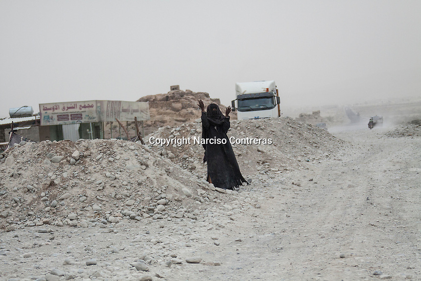 Thursday 16 July, 2015: A displaced elder woman begs along the road to Sa'dah city, the stronghold of the Houthi's movement in Yemen. (Photo/Narciso Contreras)
