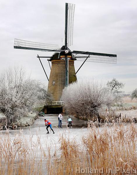 Schaatsen bij een molen in Kinderdijk