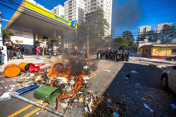 BRA20. SAO PAULO (BRASIL), 12/06/2014.- Miembros de la Policía brasileña dispersan a un grupo de manifestantes hoy, jueves 12 de junio de 2014, durante la primera protesta contra el Mundial de fútbol Brasil 2014 registrada en Sao Paulo (Brasil), en el día en que comienza la competición. Cerca de 150 hombres de la Tropa de Choque de la Policía Militarizada del estado de Sao Paulo dispersaron a un grupo de 50 manifestantes que intentaba marchar por la avenida Radial Este, la principal vía de acceso al Arena Corinthians, el estadio de Sao Paulo en que se disputará el partido inaugural del Mundial. EFE/Marcos Méndez