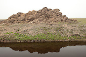 Mestopslag naast een sloot. Met meststoffen verontreinigd regenwater kan eenvoudig in de sloot stromen en zo het oppervlaktewater verontreinigen.