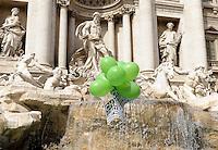 Roma, 19 Marzo 2010.Fontana di Trevi.No alla privatizzazione dell'acqua..Blitz dell'associazione Radici con palloncini verdi.FOTO SIMONA GRANATI