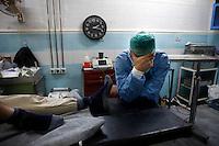 Syria, Deir az-Zor, 2013/03/19..Al-Noor hospital in central Deir az-Zor is the largest hospital in town to treat injured or register deads from fightings or shelling in the embattled town at the banks of Euphrates river. Conditions are poor and all staff works since two years almost non-stop. Even skilled teenager are needed to maintain proceedings. .Syrie, Deir ez-Zor, 19/03/2013.Al-Noor hôpital dans le centre de Deir ez-Zor est le plus grand hôpital de la ville pour traiter les blessés ou recevoir les morts aux combats ou lors des bombardements dans la ville assiégée, sur les rives du fleuve Euphrate. Les conditions sont mauvaises et l'ensemble du personnel travaille depuis deux ans presque non-stop. Même l'emploi d'adolescents est nécessaire pour maintenir les services ouverts..Photo: Timo Vogt / Est&Ost Photography.