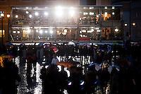 Oltre 5000 giornalisti, provenienti da tutto il mondo, si sono accreditati in Vaticano per seguire l'elezione del nuovo Papa trasformando Piazza San Pietro in un enorme studio televisivo..Postazioni delle televisioni in Piazza San Pietro.