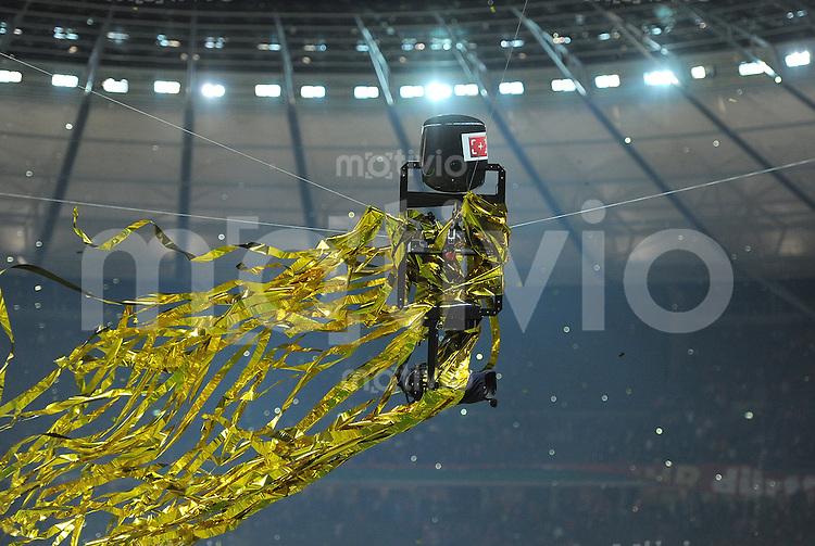 FUSSBALL      DFB POKAL FINALE       SAISON 2011/2012 Borussia Dortmund - FC Bayern Muenchen   12.05.2012 Die Fernsehkamera, Spidercam  mit Lametta im Berliner Olympiastadion