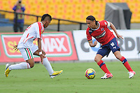 MEDELLÍN -COLOMBIA-19-05-2013. Giovanny Hernandez (D ) del Independien Medellin disputa el balón con un Jugador( I) del Patriotas FC durante partido de la fecha 16 Liga Postobón 2013-1./ Giovanny Hernandez (R ) of Independien Medellin fights for the ball with player ( L ) of Patriotas FC during match of the 16th date of Postobon  League 2013-1.  Photo:VizzorImage/Luis Ríos/STR