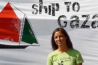 LA NAVE ESTELLE DEL MOVIMENTO FREEDOM FLOTILLA FA TAPPA NEL PORTO DI NAPOLI , PRIMA DI SALPARE PER GAZA NEL TENTATIVO DI ROMPERE L'EMBARGO ISRAELIANO E CONSEGNARE DONI E AIUTI ALLA POPOLAZIONE PALESTINESE.NELLA FOTO MARINA MANFREDI ITALIA ATIVISTA.FOTO CIRO DE LUCA