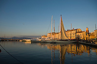 Europe/France/Provence-Alpes-Côte d'Azur/83/Var/ Saint-Tropez:Voilier sur  le port dans la lumière du soir