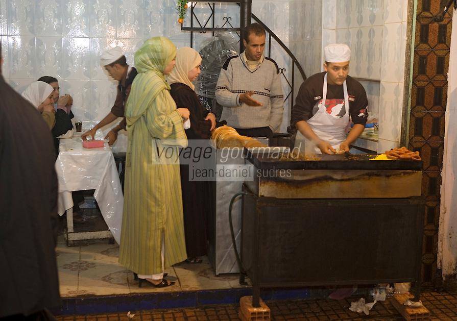 Afrique/Afrique du Nord/Maroc/Rabat: Petit restaurant de rue dans les ruelles de la médina à la tombée de la nuit
