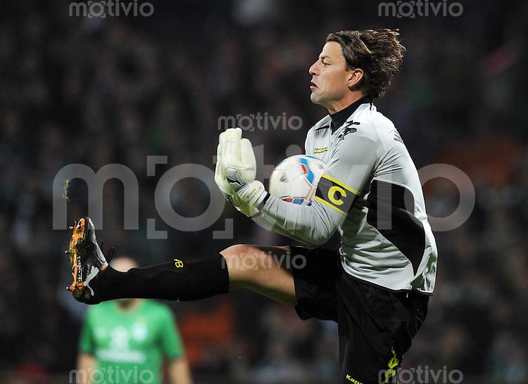 FUSSBALL   1. BUNDESLIGA   SAISON 2011/2012    9. SPIELTAG SV Werder Bremen - Borussia Dortmund                 14.10.2011 Roman WEIDENFELLER (Borussia Dortmund) Einzelaktion am Ball