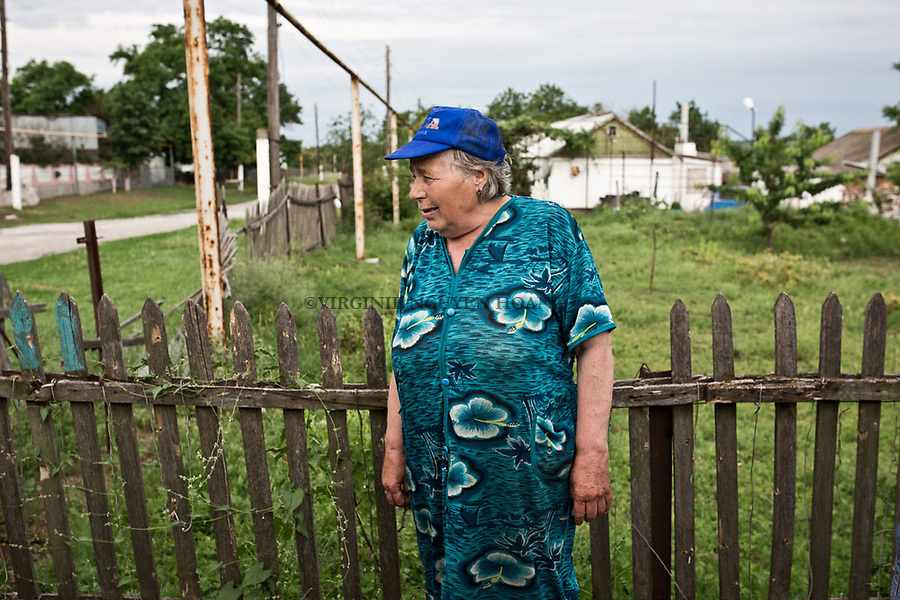 UKRAINE, Chermalyk: An old lady of the village of Chermalyk is looking at the entrance of her home where her husband has been killed by a separatist shelling. <br /> <br /> UKRAINE, Chermalyk: Une vieille dame du village de Chermalyk regarde l'entr&eacute;e de sa maison o&ugrave; son mari a &eacute;t&eacute; tu&eacute; par un obus s&eacute;paratiste.