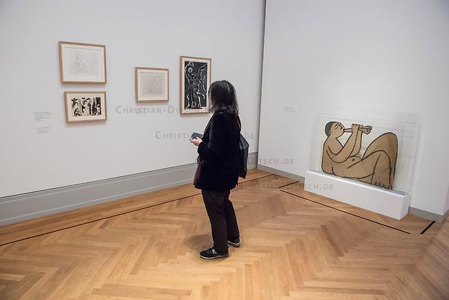 """Die Ausstellung """"Picasso. Das spaete Werk"""" wird vom 9. Maerz bis 16. Juni 2019 im Potsdamer Museum Barberini gezeigt.  Alle Leihgaben, Gemaelde, Keramiken, Skulpturen und Graphiken von Pablo Picasso (1881–1973), stammen aus der Sammlung Jacqueline Picasso (1927–1986).<br /> In der von Gastkurator Bernardo Laniado-Romero getroffenen Auswahl befinden sich zahlreiche Werke, die erstmalig in Deutschland gezeigt werden sowie einige, die zum ersten Mal in einem Museum praesentiert werden.<br /> Rechts im Bild: Skulptur """"Sitzender Musiker mit angezogenen Beinen"""", Kohle mit Tusche auf Karton, 12, Juli 1956.<br /> 7.3.2019, Potsdam<br /> Copyright: Christian-Ditsch.de<br /> [Inhaltsveraendernde Manipulation des Fotos nur nach ausdruecklicher Genehmigung des Fotografen. Vereinbarungen ueber Abtretung von Persoenlichkeitsrechten/Model Release der abgebildeten Person/Personen liegen nicht vor. NO MODEL RELEASE! Nur fuer Redaktionelle Zwecke. Don't publish without copyright Christian-Ditsch.de, Veroeffentlichung nur mit Fotografennennung, sowie gegen Honorar, MwSt. und Beleg. Konto: I N G - D i B a, IBAN DE58500105175400192269, BIC INGDDEFFXXX, Kontakt: post@christian-ditsch.de<br /> Bei der Bearbeitung der Dateiinformationen darf die Urheberkennzeichnung in den EXIF- und  IPTC-Daten nicht entfernt werden, diese sind in digitalen Medien nach §95c UrhG rechtlich geschuetzt. Der Urhebervermerk wird gemaess §13 UrhG verlangt.]"""