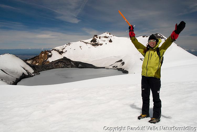 Fra kraterkanten med utsikt til kratersjøen på Mt Ruapehu ---- The crater lake of Mt Ruapehu