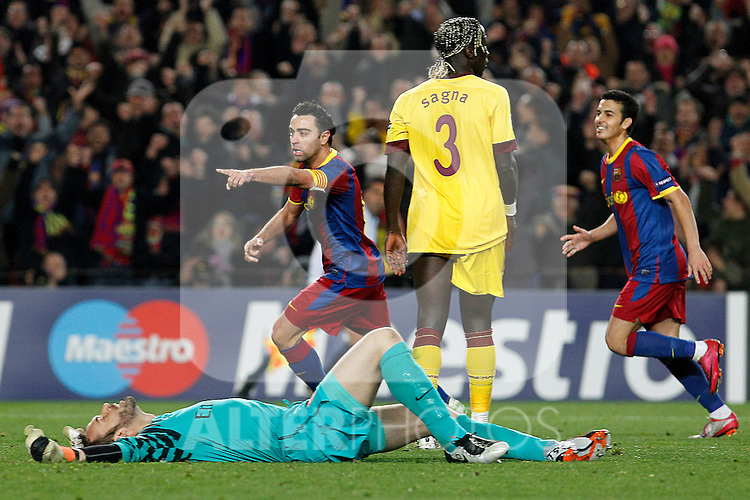 FC Barcelona's Xavi Hernandez (l) and Pedro Rodriguez celebrate goal in presence of Arsenal's Manuel Almunia (d) and Bacary Sagna dejecteds during UEFA Champions League match.March 8,2011. (ALTERPHOTOS/Acero)