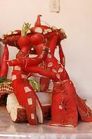 Oaxaca de Ju&aacute;rez, Oaxaca. 22/12/2015.- Como parte de su amplio bagaje cultural, Oaxaca festeja a&ntilde;o con a&ntilde;o la celebraci&oacute;n mundialmente reconocida como la &ldquo;Noche de R&aacute;banos&rdquo;, conmemoraci&oacute;n que se desprende desde mediados del siglo XVIII,  a&ntilde;o cuando la cosecha de este tub&eacute;rculo fuera tan abundante que se tuvieron que mantener secciones enteras de esta verdura sin recolectar.<br /> <br />  <br /> <br /> Dicho festejo, trata de exhibir p&uacute;blicamente a manera de concurso, figuras talladas en esta verdura; instauraciones verdaderamente creativas y llenas de tradici&oacute;n y folclor oaxaque&ntilde;o, aunque en &uacute;ltimas fechas se han contemplado temas abiertos m&aacute;s contempor&aacute;neos.<br /> <br />  <br /> <br /> Esta tradici&oacute;n ancestral se llevara a cabo este pr&oacute;ximo 23 de diciembre en su  edici&oacute;n 118, y se realizara en el z&oacute;calo de la capital de Oaxaca, lugar donde los hortelanos y artesanos, mostraran parte de su talento, as&iacute; mismo, estas piezas formaran parte de un certamen dividido en diferentes categor&iacute;as, las cuales ser&aacute;n premiadas por el alcalde municipal, y el gobernador del estado.<br /> <br />  <br /> <br /> En este sentido, el pasado 19 de diciembre, fueron cosechadas 12 toneladas de r&aacute;banos en el parque &ldquo;El Tequio&rdquo; en el municipio de Santa Cruz Xoxocotl&aacute;n, las cuales fueron destinadas a los artesanos oaxaque&ntilde;os, quienes durante estos d&iacute;as trabajaran en sus piezas art&iacute;sticas.<br /> <br />  <br /> <br /> En este contexto, la artesana Elena Consuelo Altamirano Mendoza, originaria de Ocotl&aacute;n de Morelos, Oaxaca, municipio ubicado a una hora de distancia de la capital de la entidad, manifest&oacute; que esta tradici&oacute;n lleva en su familia 15 a&ntilde;os, y ha pasado de generaci&oacute;n en generaci&oacute;n, preservando con ellas las ra&iacute;ces de su legado.<br /> <br