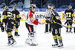 Stockholm 2014-01-08 Ishockey SHL AIK - Lule&aring; HF :  <br />  Lule&aring;s m&aring;lvakt Mark Owuya tackar AIK:s Dennis Nordstr&ouml;m efter matchen<br /> (Foto: Kenta J&ouml;nsson) Nyckelord:  portr&auml;tt portrait