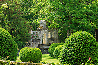 France, Indre-et-Loire (37), Montlouis-sur-Loire, jardins du château de la Bourdaisière, buis en topiaire et porte vers l'allée italienne