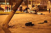 SAO PAULO, SP, 02/08/2012, ACID FATAL JABAQUARA. Um taxista perdeu a vida ao colidir seu veiculo contra um poste na Av Eng Armando de Arruda Pereira  numero 4.443 no Jabaquara. Dois passageiros que estavam no taxis ficaram feridos e foram socorridos a hospitais da regiao. Luiz Guarnieri/ Brazil Photo Press.