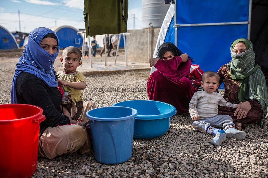IRAK, Khazer: Women living in the IDP camp of Khazer are doing their laundry in front of their tent, the 5th december 2016.<br /> <br /> IRAK, Khazer: des femmes r&eacute;sidentes du camps de d&eacute;plac&eacute;s de Khazer nettoient leur linge devant leurs tentes, le 5 d&eacute;cembre 2016.