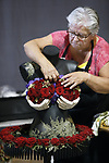 Foto: VidiPhoto<br /> <br /> NIEUWEGEIN &ndash; Zo&rsquo;n dertig studententeams, amateurs en semi-professionals, in totaal zo&rsquo;n 200 deelnemers, strijden vrijdag in Nieuwegein om het Nederlands Kampioenschap Bloemschikken. De Beursfabriek staat dit weekend in het teken van het NK Bloemschikken, bloemenworkshops en presentaties van groenstylisten en bloemarrangeurs. Een vakjury beoordeelt vrijdag de bloemwerken op techniek, creativiteit, compositie en houdbaarheid. De deelnemers werkten aan de hand van het thema &ldquo;Pikant Bloemschikken.&rdquo; Het kampioenschap, georganiseerd door de vereniging Groei &amp; Bloei, wordt dit jaar voor de 54e keer gehouden.