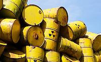 Stapel gele vaten bij de NDSM Werf in Amsterdam. Op de vaten is het logo van nucleair afval gezet