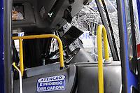 DIADEMA, SP, 05 DE FEVEREIRO DE 2013 - COTIDIANO 2013 - ACIDENTE ONIBUS X ONIBUS - Dois onibus bateram de frente na Av Alda 670 em Diadema deixando ao todo 20 vitimas.  (FOTO: ADRIANO LIMA / BRAZIL PHOTO PRESS).