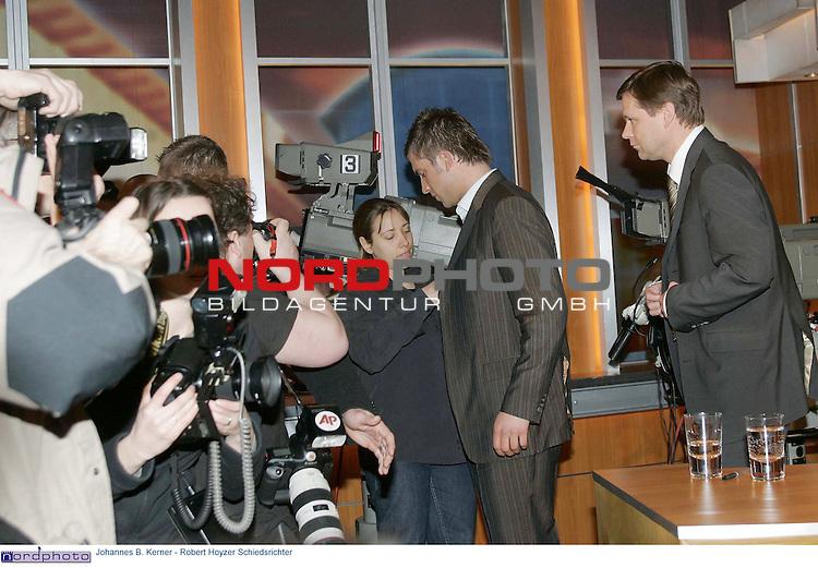 Johannes B. Kerner - Talkshow<br /> <br /> Robert Hoyzer zu Besuch bei Kerner verlaeŖt mit seinem Anwalt unter Medienrummel das Studio.<br /> <br /> Foto &copy; nordphoto / Anja Heinemann<br /> <br />  *** Local Caption *** Foto ist honorarpflichtig! zzgl. gesetzl. MwSt.<br />  Belegexemplar erforderlich<br /> Adresse: nordphoto<br /> Georg-Reinke-Strasse 1<br /> 49377 Vechta
