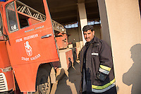 Feuerwehr in Qamishli, Rojava/Syrien.<br /> Von sieben Feuerwehr-Fahrzeugen die der YPG-Regierung in Qamishli zur Verfuegung stehen, ist nur eines funktionstuechtigt. Fuenf Fahrzeuge sind mit vorhandenen Mitteln nicht zu reparieren - Motorschaden, unbenutzbare Fahrerkabinen, defekte Stromleitungen.<br /> Zusaetzlich zumden Augaben der Feuerwehr muessen die 12 Feuerwehrmaenner - je 3 von ihnen arbeiten in 24-Stundenschichten - auch noch Wasser in Stadtteile ohne Wasserversorgung verteilen.<br /> Im Bild: Der arabische Feuerwehrmann Aziz an einem kaputten Feuerwehrfahrzeug das vor ueber 25 Jahren von der Freiwilligen Feuerwehr aus Kalkar nach Syrien gekommen ist. Wenn eine Batterie in das Fahrzeug eingesetzt wird, kann es fuer ca. 20 Minuten fahren, danach ist die Batterie alle. Der Fehler ist nicht zu finden.<br /> 15.12.2014, Qamishli/Rojava/Syrien<br /> Copyright: Christian-Ditsch.de<br /> [Inhaltsveraendernde Manipulation des Fotos nur nach ausdruecklicher Genehmigung des Fotografen. Vereinbarungen ueber Abtretung von Persoenlichkeitsrechten/Model Release der abgebildeten Person/Personen liegen nicht vor. NO MODEL RELEASE! Nur fuer Redaktionelle Zwecke. Don't publish without copyright Christian-Ditsch.de, Veroeffentlichung nur mit Fotografennennung, sowie gegen Honorar, MwSt. und Beleg. Konto: I N G - D i B a, IBAN DE58500105175400192269, BIC INGDDEFFXXX, Kontakt: post@christian-ditsch.de<br /> Bei der Bearbeitung der Dateiinformationen darf die Urheberkennzeichnung in den EXIF- und  IPTC-Daten nicht entfernt werden, diese sind in digitalen Medien nach &sect;95c UrhG rechtlich geschuetzt. Der Urhebervermerk wird gemaess &sect;13 UrhG verlangt.]