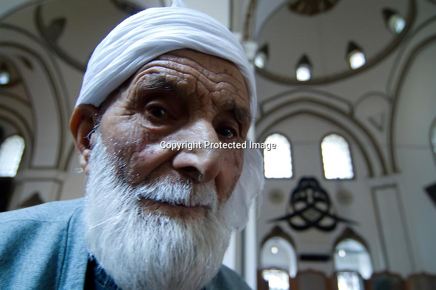 TURQUIA-BURSA.anciano turco en interior de la gran Mezquita de Bursa.foto JOAQUIN GOMEZ SASTRE©