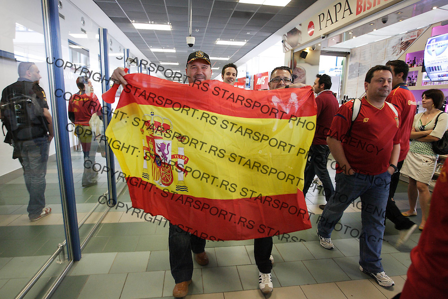 GDANSK 10.06.2012 LOTNISKO IM LECHA WALESY.N Z HISZPANSCY I WLOSCY KIBICE PRZYLATUJA NA MECZ HISZPANIA WLOCHY.FOT MICHAL FLUDRA/NEWSPIX.PL.Spanish football fans arrives at Gdansk airport..---.Newspix.pl