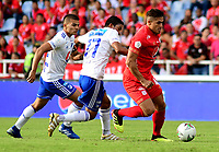 CALI - COLOMBIA, 12- 05-2019: Carlos Sierra de América de Cali, disputa el balón con Christian Marrugo de Millonarios, durante partido entre América de Cali y Millonarios, de la fecha 1 de los cuadrangulares semifinales por la Liga Águila I 2019 jugado en el estadio Pascual Guerrero de la ciudad de Cali. / Carlos Sierra of America de Cali de Cali, vies for the ball with Christian Marrugo of Millonarios, during a match between America de Cali and Millonarios, of the 1st date of the semifinals quarters for the Aguila Leguaje I 2019 at the Pascual Guerrero stadium in Cali city. Photo: VizzorImage / Nelson Ríos / Cont.