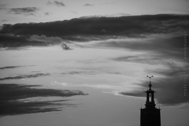 Stadshuset Tre kronor mot natthimmel i Stockholm i svartvitt