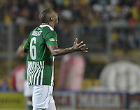 IBAGUÉ -COLOMBIA, 23-06-2013. Juan Valencia de Atlético Nacional celebra un gol en contra de Deportes Tolima durante partido de los cuadrangulares finales, fecha 3, de la Liga Postobón 2013-1 jugado en el estadio Manuel Murillo Toro de la ciudad de Ibagué./ Atletico Nacional player Juan Valencia celebrates a goal against Deportes Tolima during match of the final quadrangular 3th date of Postobon  League 2013-1 at Manuel Murillo Toro stadium in Ibague city. Photo: VizzorImage/STR