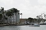 Foto: VidiPhoto..ORANJESTAD - De jachthaven van Oranjestad, de hoofdstad van Aruba, met zicht op het Renaissance Resort & Casino. De stad is met ongeveer 35.000 inwoners de grootste plaats van het eiland en wordt in de volksmond ook Playa genoemd. Omdat Oranjestad de grootste stad van Aruba is, heeft het een belangrijke status voor haar inwoners. In Oranjestad zijn de grote supermarkten van het eiland gevestigd. Naast de grote winkels beschikt Oranjestad ook over een handvol winkelcentra, gericht op lokalen en toeristen (veelal cruisetoeristen). De belangrijkste en bekendste winkelstraat is Caya G. F. Betico Croes, vernoemd naar de in 1986 overleden politicus Betico Croes..
