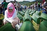 Eine bosnische Frau trauert um einen Verwandten, Opfer des Völkermords in Srebrenica 1995. Zum 19. Jahrestag gab es eine Massenbegrabung im Dorf Potocari. / A Bosnian woman is mourning at the coffin of a relative killed during the 1995 Srebrenica genocide prior to the mass burial at Potocari on the 19th anniversary.