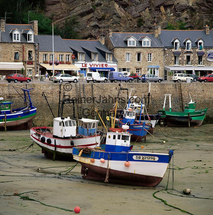 France, Brittany, Département Côtes-d'Armor, Erquy: harbour at low tide and fishing boats run aground | Frankreich, Bretagne, Département Côtes-d'Armor, Erquy: bei Ebbe liegen die Fischerboote im Hafen auf Grund