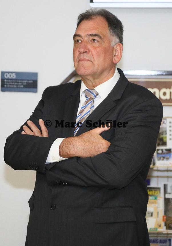 B&uuml;ttelborn 28.10.2018: B&uuml;rgermeister- und Landtagswahl<br /> B&uuml;rgermeister Andreas Rotzinger (CDU) verfolgt das Ergebnis der B&uuml;rgermeisterwahl und seine Niederlage sehr angespannt<br /> Foto: Vollformat/Marc Sch&uuml;ler, Sch&auml;fergasse 5, 65428 R'heim, Fon 0151/11654988, Bankverbindung KSKGG BLZ. 50852553 , KTO. 16003352. Alle Honorare zzgl. 7% MwSt.