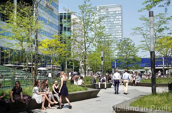 Nederland Amsterdam - april 2018 . Lunchtijd op de Zuidas. Links het kantoor van Houthoff. Foto Berlinda van Dam / Hollandse Hoogte